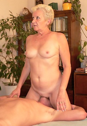 Moms Facesitting Porn Pictures