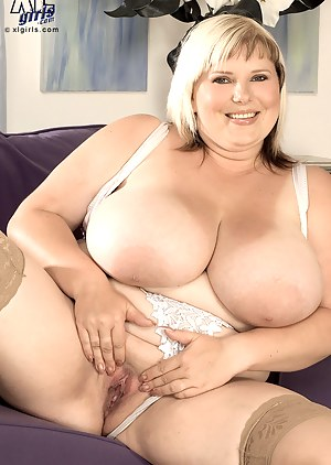 Moms Spread Pussy Porn Pictures